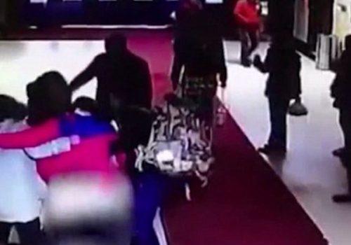 Беременная родила прямо в холле больницы, не успев снять штаны (видео)